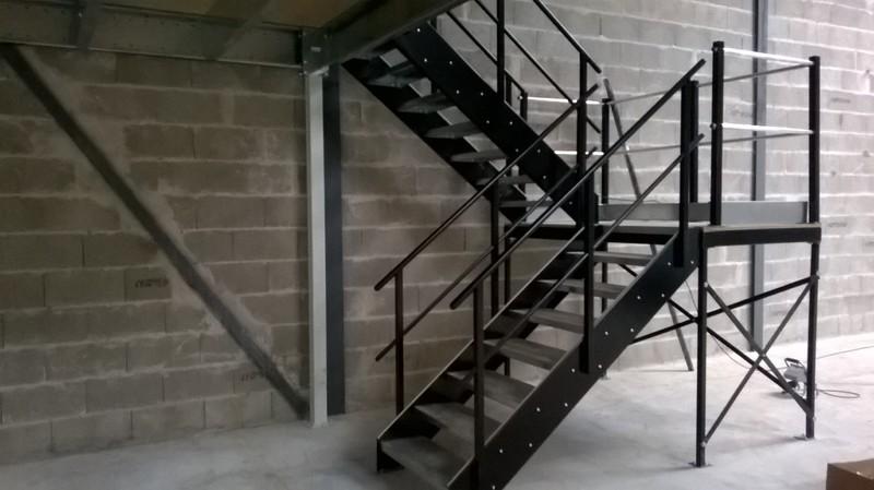 Escalier industriel sur mesure mezzatech for Escalier avec palier